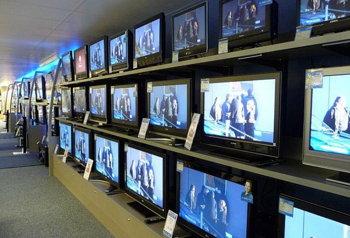 Šta je bolje za TV: Iskopčati ga iz struje uveče ili ga samo ugasiti