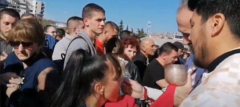 Uzalud apeli: U jeku epidemije, pričešćivanje istom kašičicom ispred hrama u Podgorici