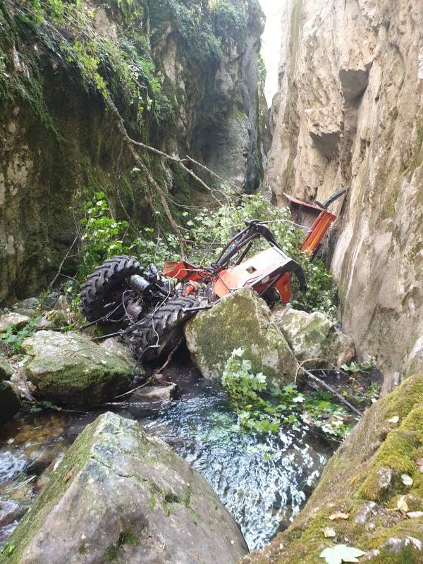 Traktor sa prikolicom sletio u kanjon Nevidio