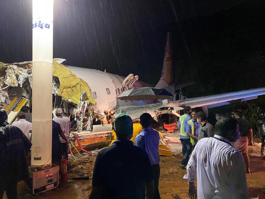 Avion sa 191 putnikom skliznuo sa piste i prepolovio se, najmanje 16 mrtvih