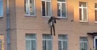 Skočio kroz prozor policijske stanice s radijatorom oko ruke