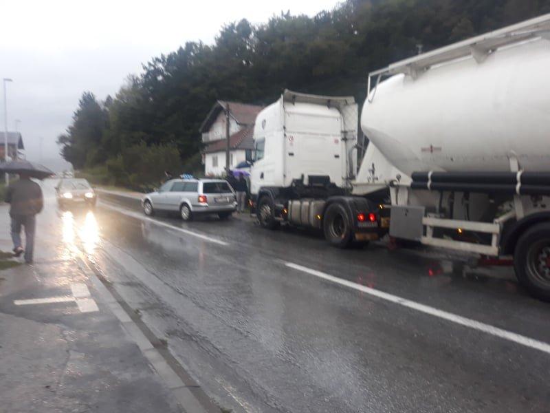 Udes na putu Dobrakovo - Bijelo Polje: Cistijerna udarila u taksi vozilo