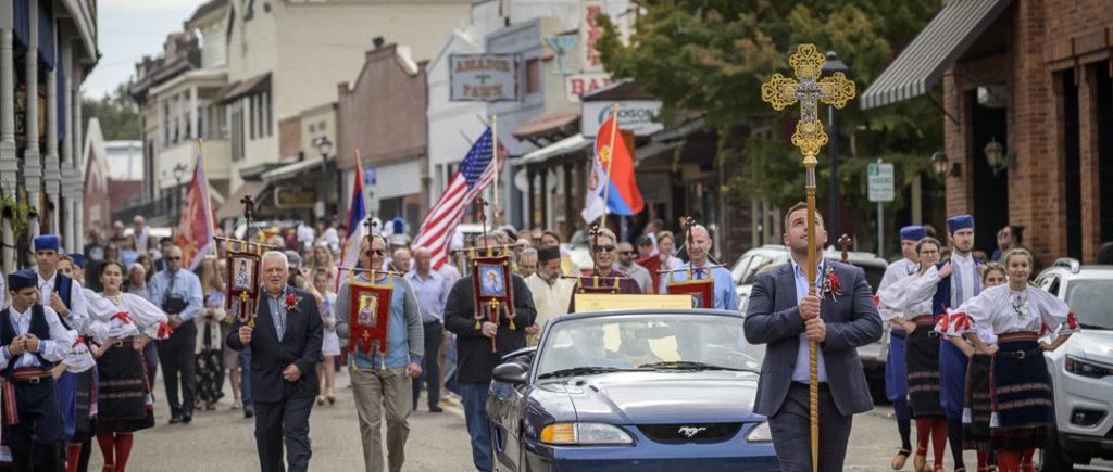 Tako je to kad državu moraš da poštuješ: Ispred hramova SPC u SAD američka zastava