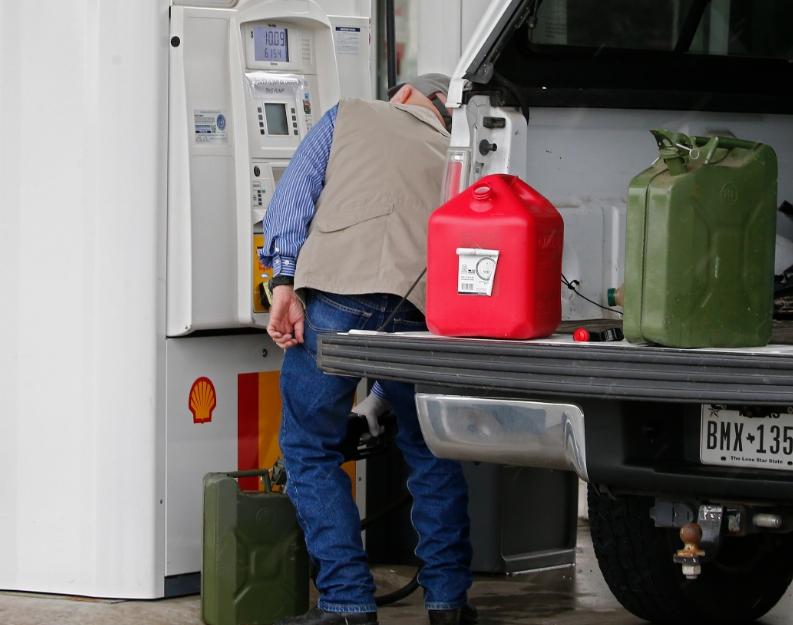 Penzioneri bez zaštitne opreme ušetali na pumpu i rekli da imaju koronavirus