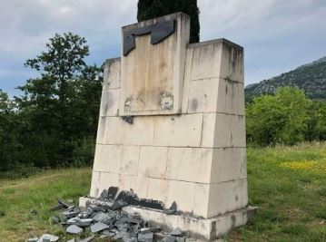 Polomljena mermerna ploča na spomeniku na Ravnom lazu u Piperima!