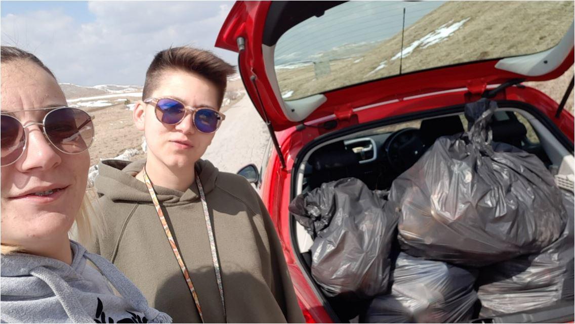 Priča sa Žabljaka: Jovana i Milica očistile smeće oko Vražjeg jezera