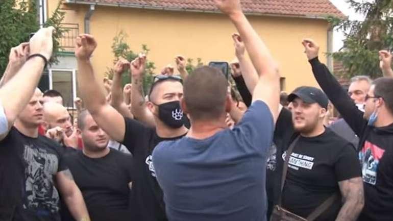 Desni ekstremizam pod Vučićevim kišobranom