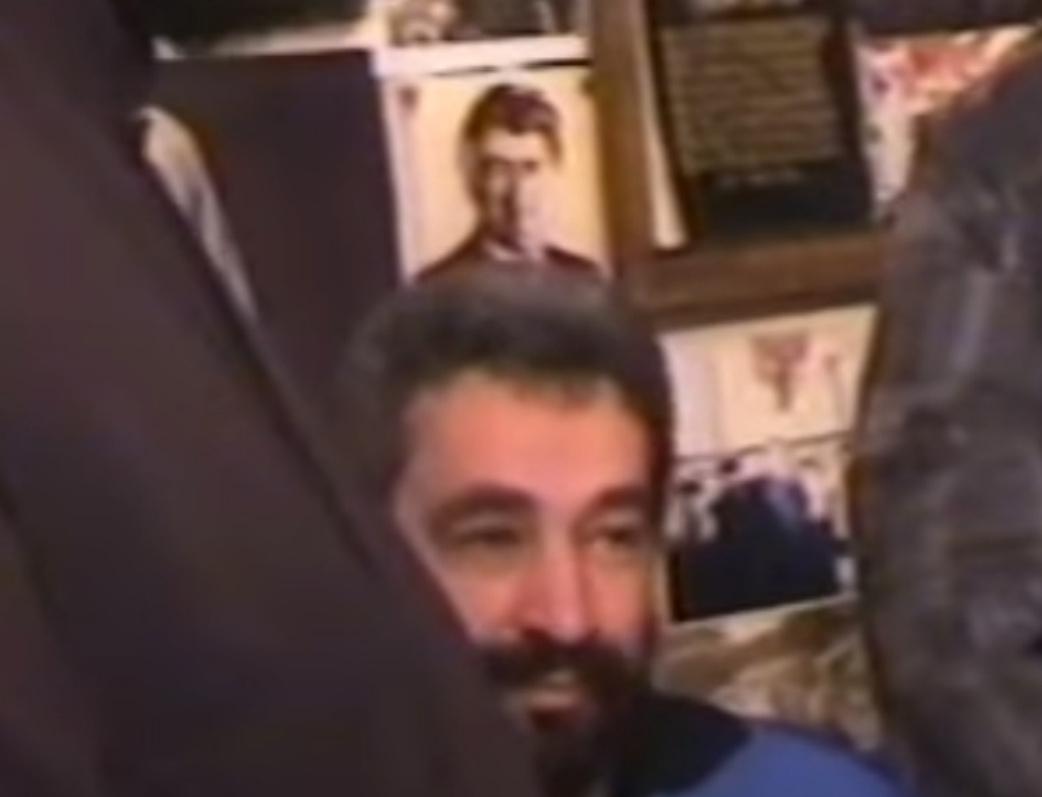 Zdravko Krivokapić, ispod Karadžićeve slike, sa četnicima dočekuje u SAD osuđenog teroristu
