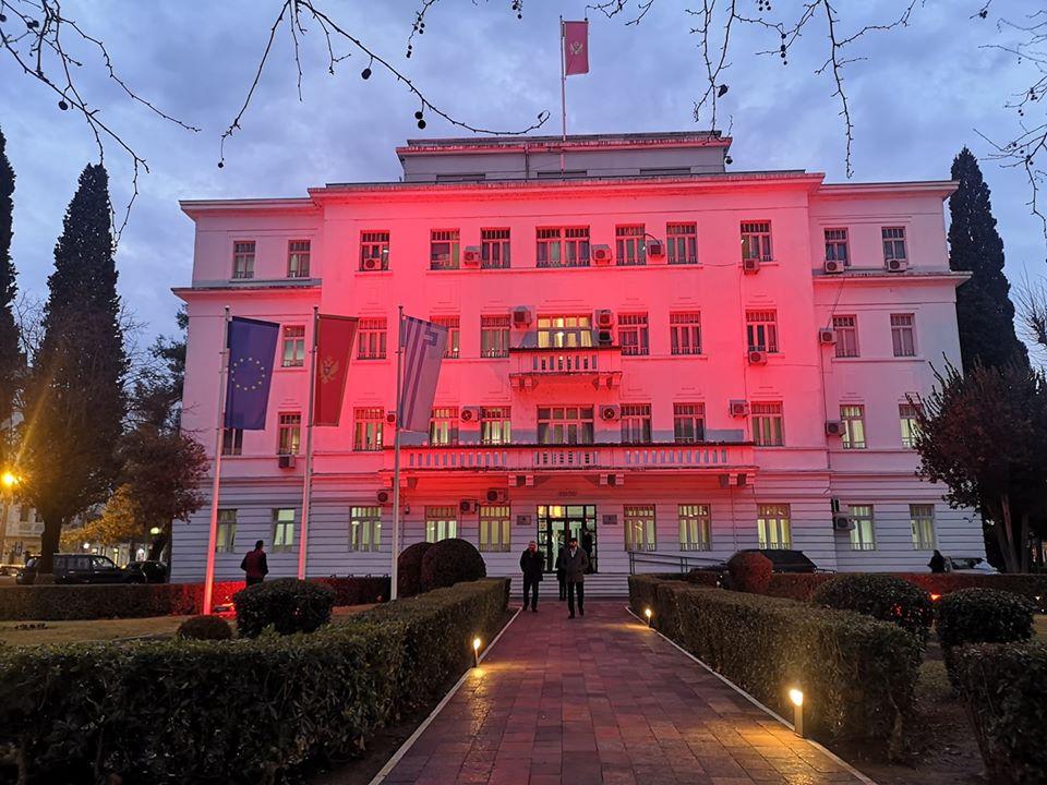 Zgrada Glavnog grada u crvenoj boji, gradonačelnik i saradnici na Trgu nezavisnosti