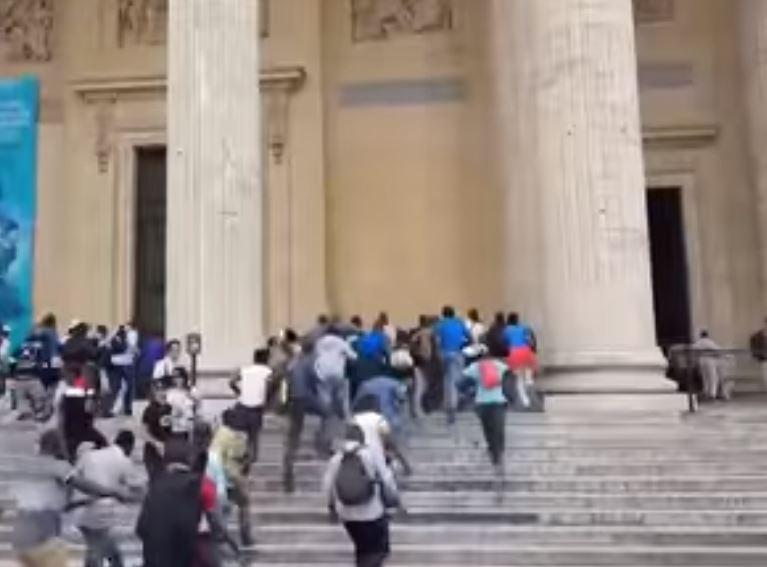 Pariz: Migranti pohrlili na Panteon, traže prava kao Francuzi