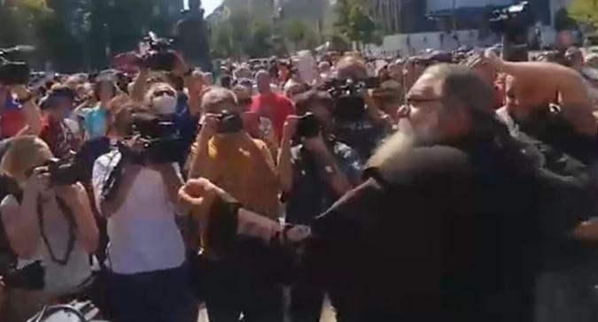 Protesti ispred srpske Skupštine, raspop gađa jajima...