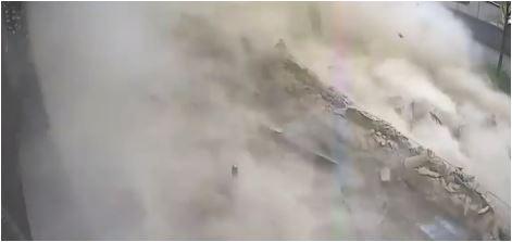 Nevjerovatan snimak iz Zagreba: Automobil prošao sekund prije nego se urušio krov