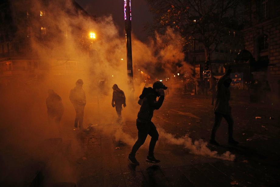 Štrajk sindikata izmakao kontroli: Policija ispalila suzavac, grad blokiran