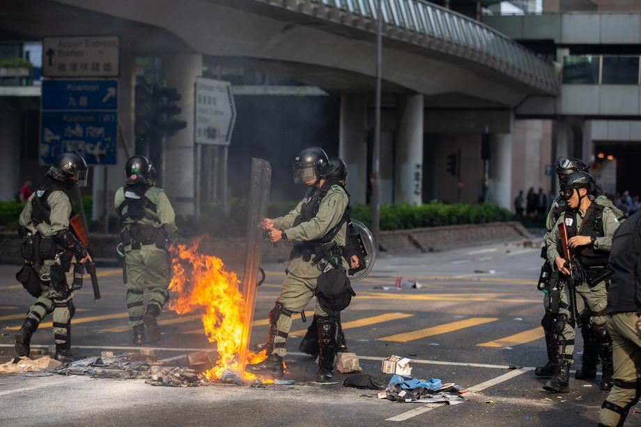Uznemirujuće: Policajac ranio demonstranta, sve snimile kamere