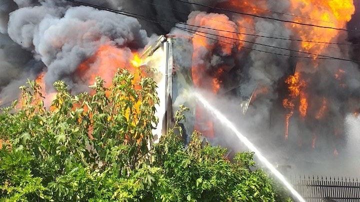 Požar bi mogao da ugrozi čitav objekat robne kuće, više od 20 vatrogasaca na terenu
