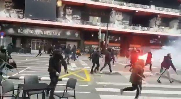 Haos ispred Mestalje – opšta tuča navijača Valensije i Barselone
