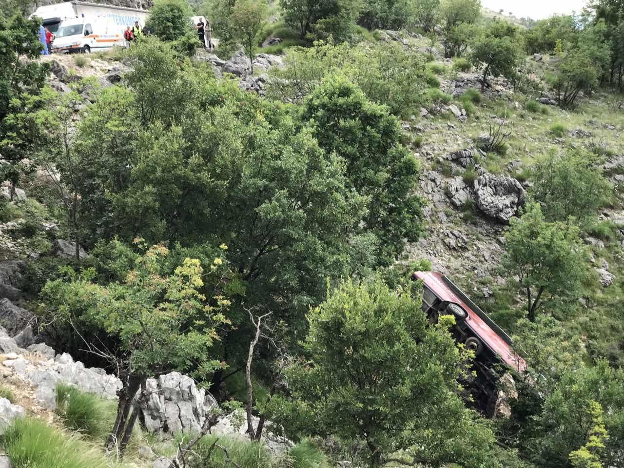 Pogledajte snimke sa mjesta nesreće: Autobus sletio s puta nakon sudara