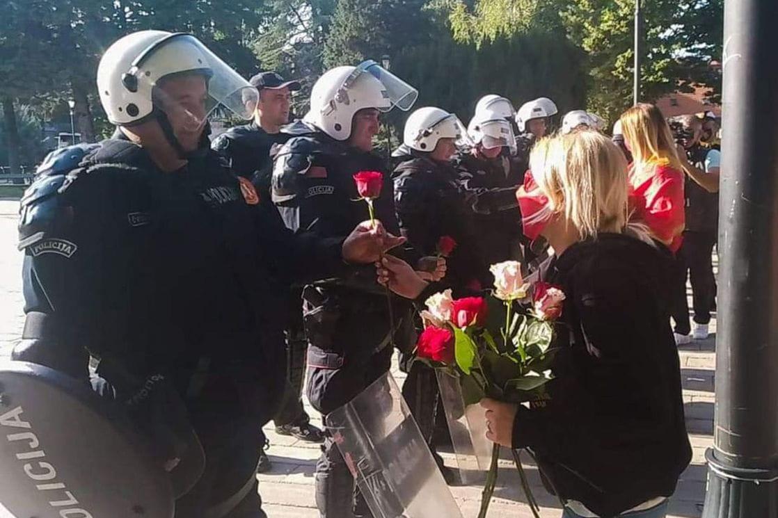 Simbol mira: Cetinjani policajcima darovali cvijeće i donijeli vodu