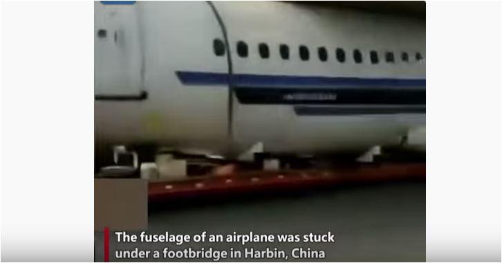 Neobična akcija: Avion ostao zaglavljen ispod mosta