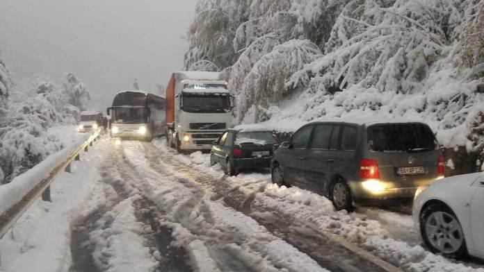 Prvi snijeg donio probleme: Bez struje dio Bijelog Polja, Plav, Andrijevica, Gusinje, zastoji na putevima...