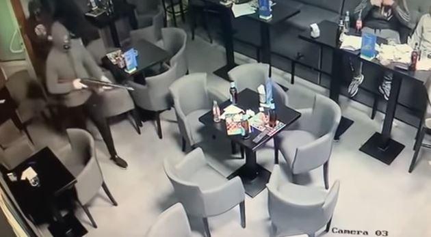 Objavljen snimak pljačke kladionice: Upali sa puškama pa zapucali