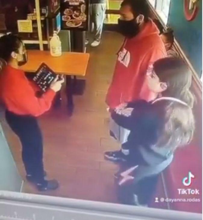 Video zaposlenice restorana postao hit: Nije shvatila kome je rekla da nema mjesta