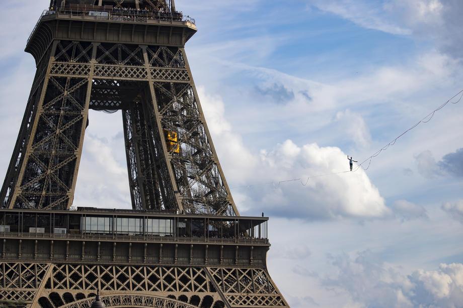 Francuz prešao preko konopca iznad Sene na visini od 70 metara