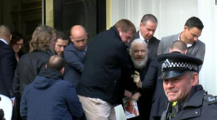 """Asanž uhapšen po potjernici Amerike; """"Vikiliks"""": Tamo mu prijeti najgora kazna"""