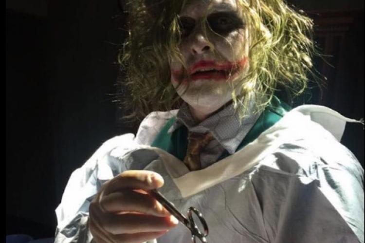 Doktor maskiran u Džokera otišao na žurku, pa hitno pozvan u porodilište