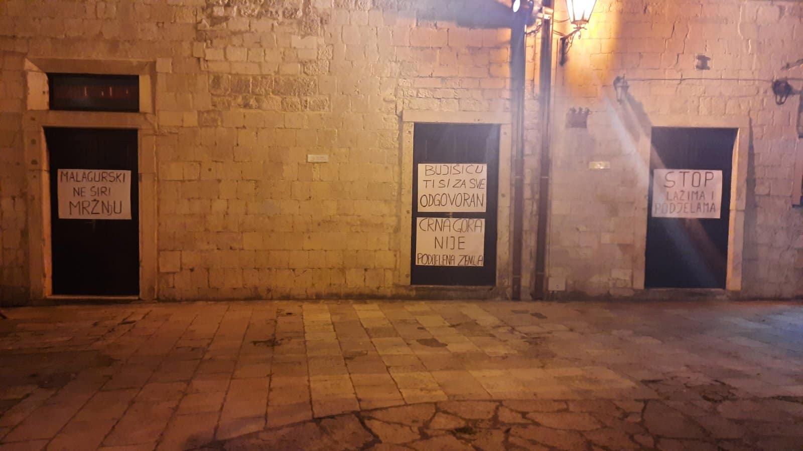 Poruka za Malagurskog na vratima kina Boka
