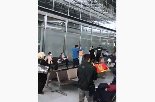 Pogledajte: Crnogorsko oro na aerodromu u Frankfurtu!