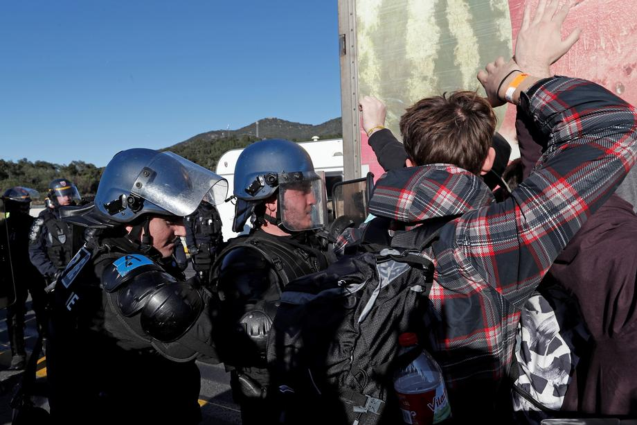 Hapšenja na granici: Policijska akcija izazvala sukobe, uhapšeno 18 demonstranata