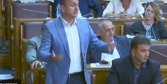 """Knežević poklonio Škrelji crvenu kravatu i čestitao """"koaliciju Pedro"""""""