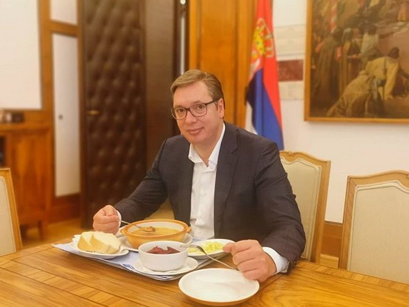 Vučić objavio fotografiju kako jede pasulj
