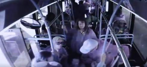 Stravičan snimak: Žena gurnula muškarca iz autobusa, on kasnije umro