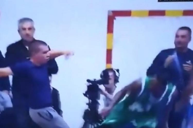 Pogledajte snimak incidenta u Baru: Navijač nasrnuo na košarkaša
