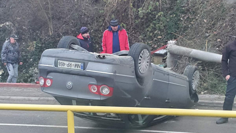 Automobil na krovu, od siline udara prepolovljen betonski stub