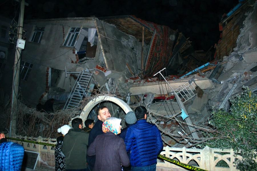 Snažan zemljotres u Turskoj: Poginulo 14 osoba, povrijeđeno  preko 300, srušeno stotine zgrada