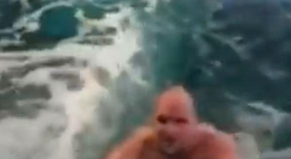 Muškarac malo popio, pa skočio u bazen sa ajkulama