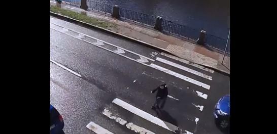 Pogledajte snimak: Vozač propustio pješaka pa završio u rijeci