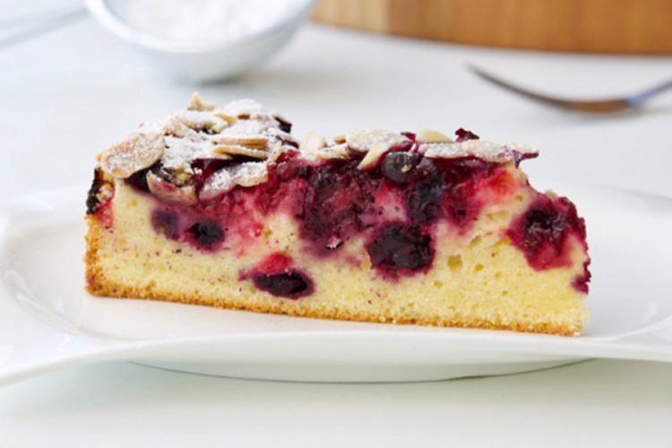 Brzi kolač sa šumskim voćem