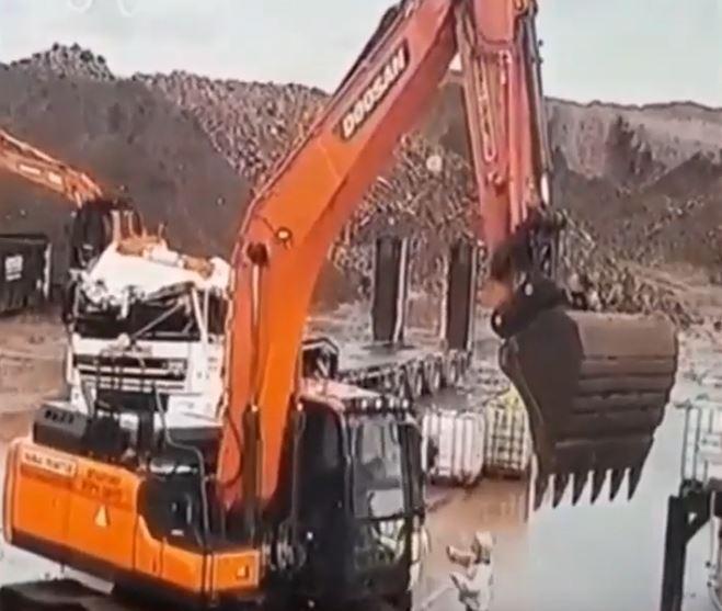Iskalio bijes: Radnik bagerom šefu uništio automobil