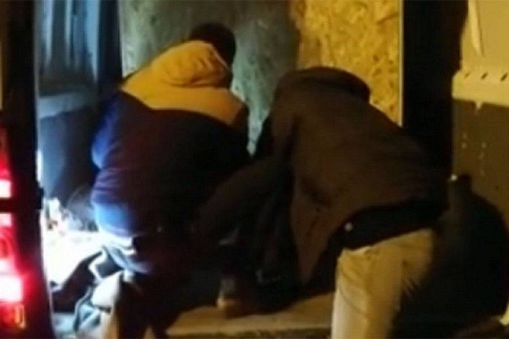 Prevozio migrante u drvenom sanduku, policija objavila snimak