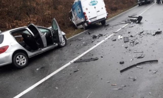 Sudar automobila i kombija na putu Ribarevine-Berane, dvoje povrijeđenih