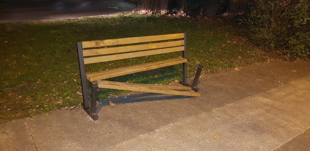 Podgorica: Gradski mobilijar i spomenici na meti vandala