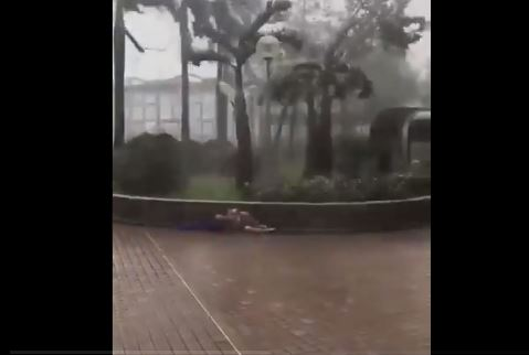 Još jedan horor snimak iz Hong Konga: Tajfun prikovao čovjeka za zid