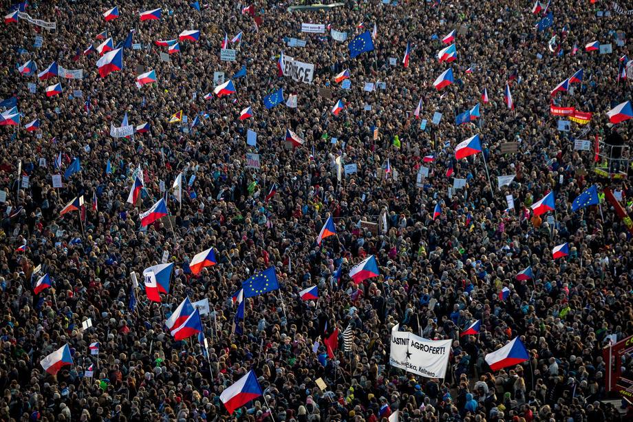 Oko 250 hiljada ljudi tražilo ostavke Babisa i Zemana