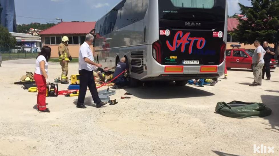 Sarajevski vatrogasci spasili migranta koji se zavukao ispod autobusa