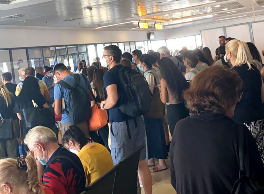 Putnici Air Montenegra na tivatskom aerodromu čekaju od jutros, sa beogradskog poletjeli avionom Air Serbia nakon osam sati čekanja