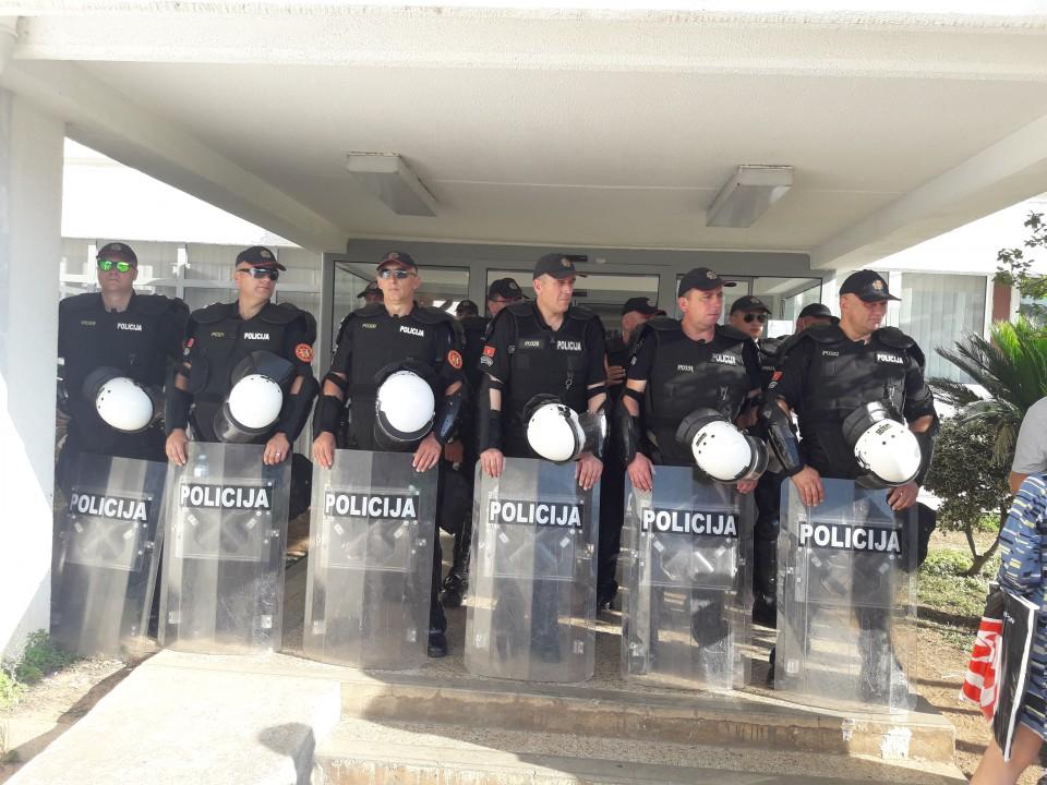 Policijski kordon i danas na ulazu u Opštinu Budva